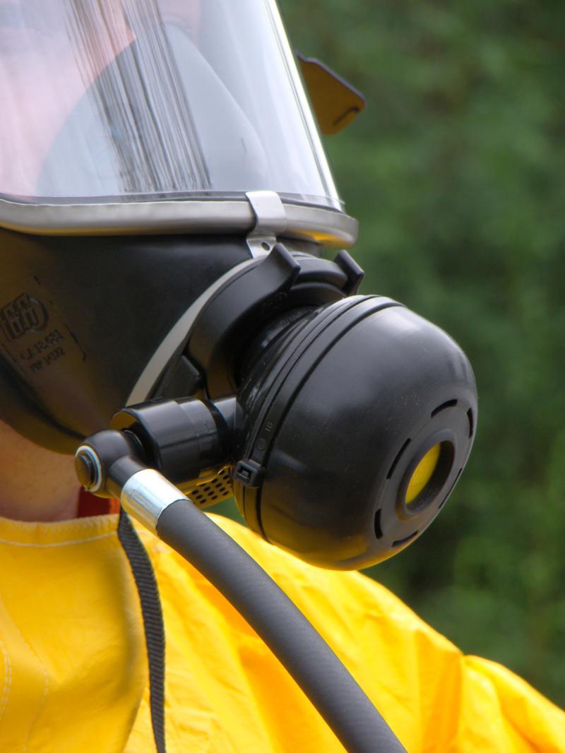 Máscara autônoma de demanda com pressão positiva simula respiração normal em ambientes confinados ou contaminados